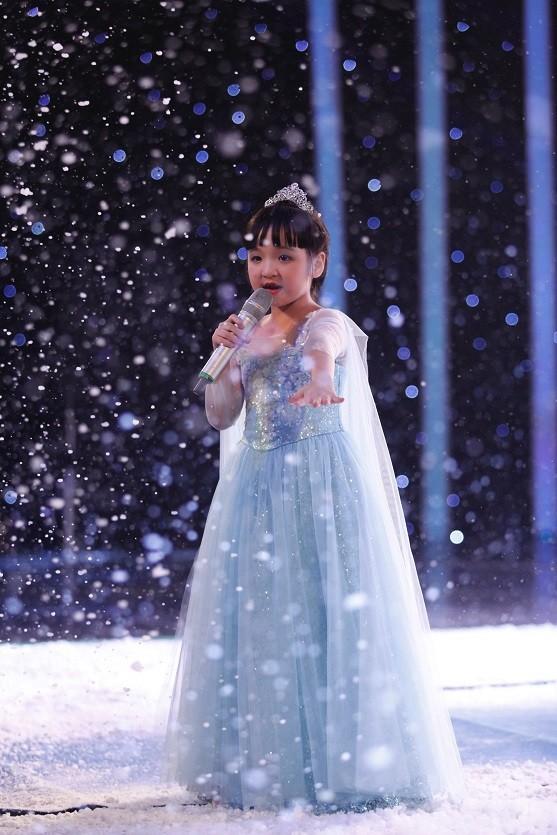 Không chỉ hát hay, cô bé còn hát tiếng Anh rất chuẩn