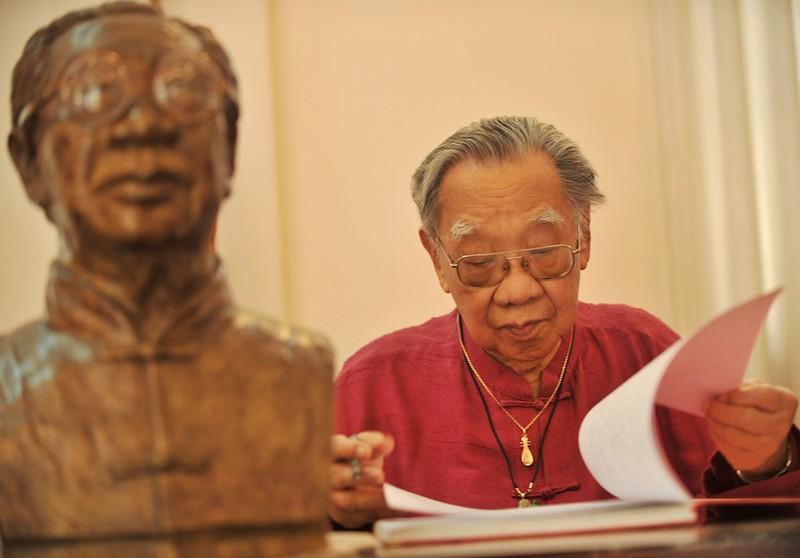 GS đang nghiên cứu âm nhạc tại nhà riêng - Ảnh: Nguyễn Á