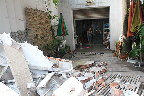 Xe chở rác húc sập ba căn nhà - ảnh 4