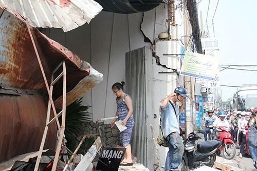 Xe chở rác húc sập ba căn nhà - ảnh 5