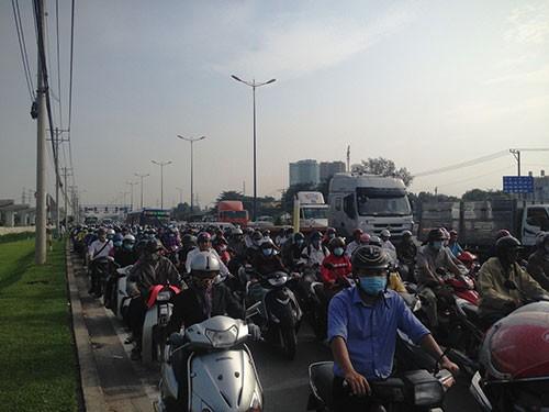 Xế hộp tông xe tải, xa lộ Hà Nội kẹt như nêm - ảnh 1
