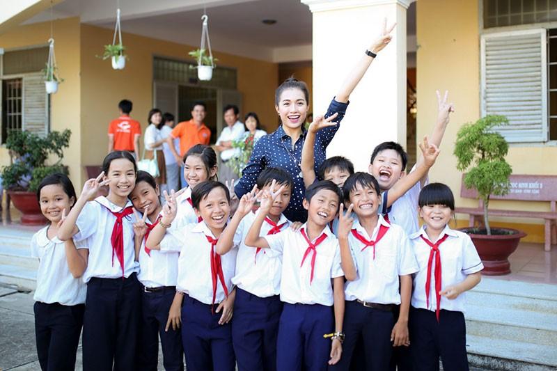 Á hậu Lệ Hằng thăm thầy cô nhân ngày Nhà giáo Việt Nam - ảnh 1