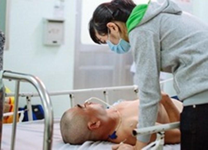 Vợ diễn viên Nguyễn Hoàng bên cạnh chồng trước khi vào phòng mổ
