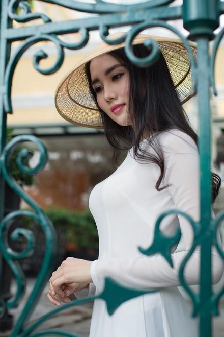 Vợ 9X của Ngô Quang Hải mặc áo dài dạo phố Sài Gòn