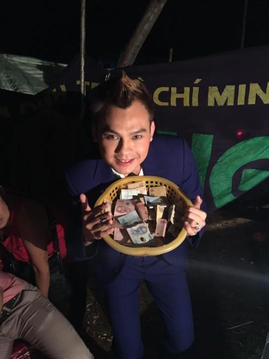 Cái rổ tiền từ thiện ấm áp nghĩa tình của khán giả dành cho Kim Tiểu Long