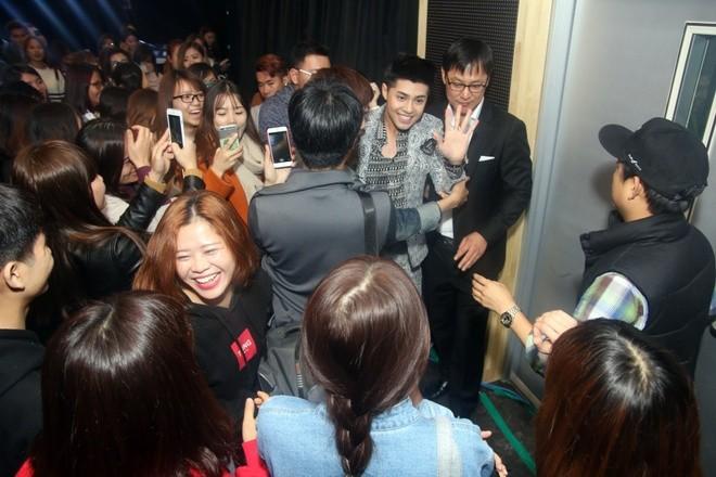 Fan xếp hàng từ sớm để gặp Noo Phước Thịnh ở Hàn Quốc