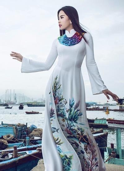 Nam Em cũng mang theo một chiếc áo dài - vải lụa trắng in hình ảnh san hô, đàn cá - của nhà thiết kế Đinh Văn Thơ. Ảnh VNE