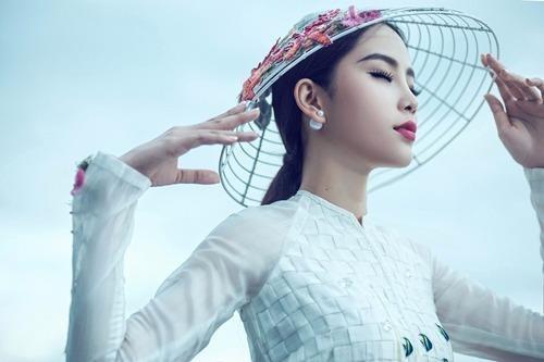 Chiếc nón của Nam Em cũng được làm thủ công. Nguyễn Minh Công đã tìm về một làng nghề truyền thống ở Vĩnh Long để học hỏi cách bện trên khung nón. Ảnh VNE