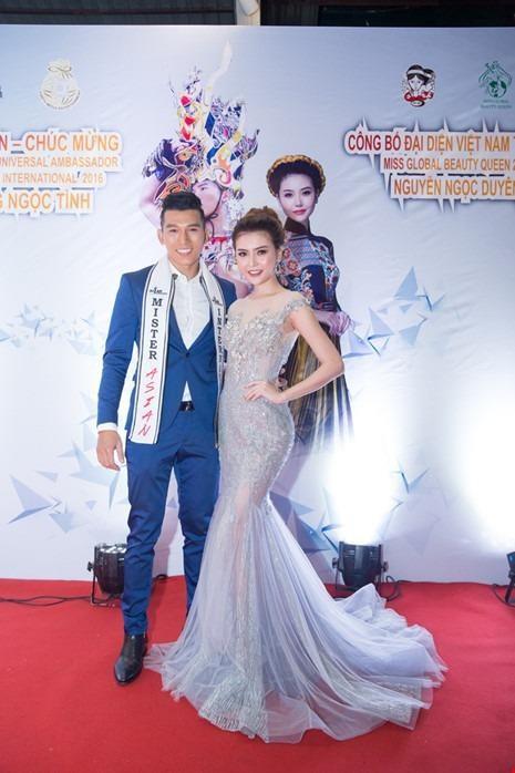 Ngọc Tình và Ngọc Duyên tại buổi ra mắt báo chí trước khi đi thi Nữ hoàng sắc đẹp. Ảnh PLO.