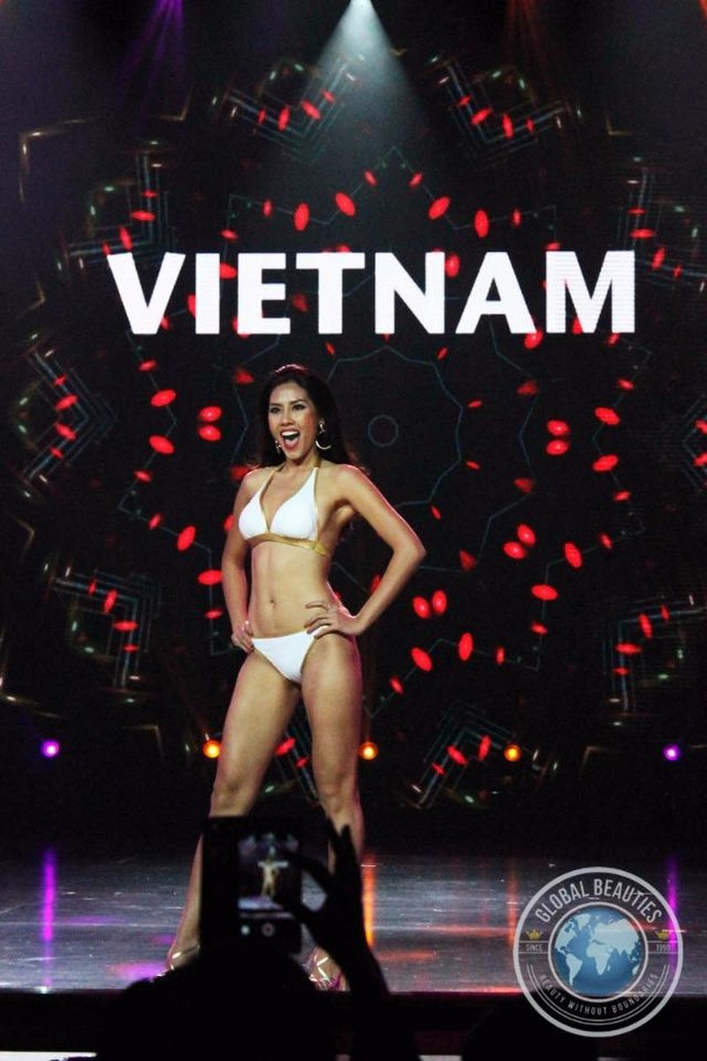 Đại diện của Việt Nam - Nguyễn Thị Loan trình diễn áo tắm trong đêm sơ khảo, ngày 25-10. Ảnh DÂN TRÍ.
