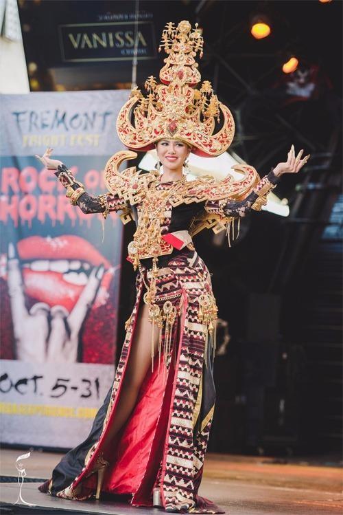 Ariska Putri Pertiwi trong bộ váy truyền thống giúp cô giành giải Thí sinh có trang phục dân tộc đẹp nhất. Ảnh: NGÔI SAO
