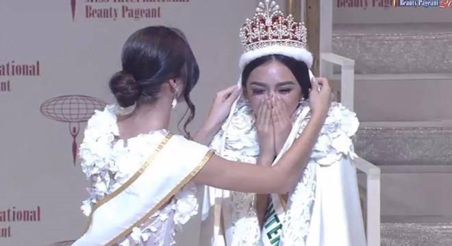 Tân hoa hậu khóc nức nở khi đăng quang. Ảnh: ZING.