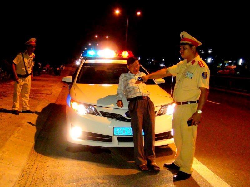 Điều khiển xe vi phạm, tài xế bất hợp tác 'mắng' CSGT - ảnh 1