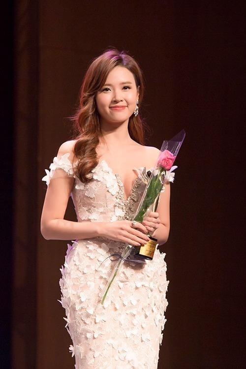 Midu nhận giải 'Diễn viên châu Á xuất sắc'. Ảnh Ngôi sao.