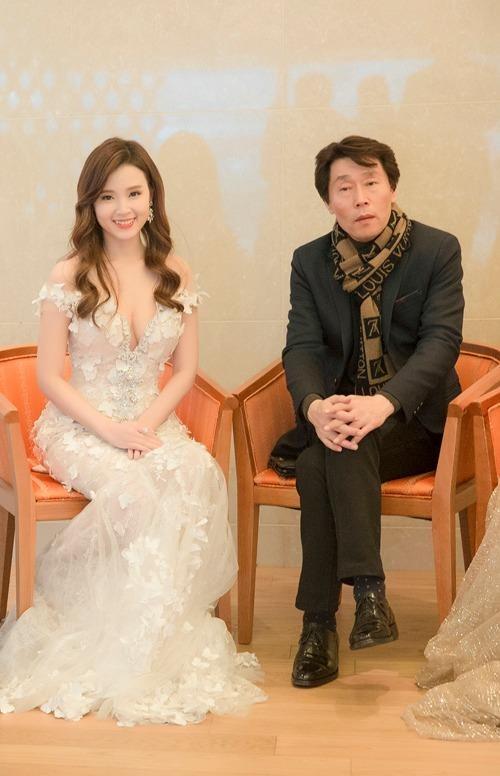 Trước buổi lễ trao giải Korean Culture Entertainment Awards 2016, Midu có cuộc gặp gỡ các phóng viên.