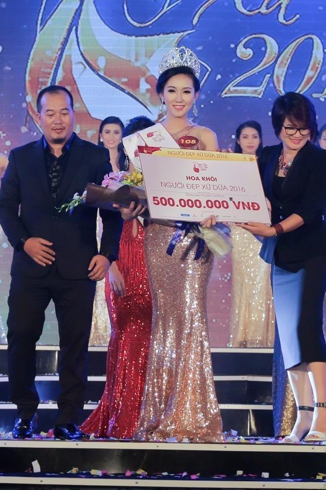 Tổng giá trị giải thưởng mà Đoàn Thị Ngọc Như nhận được là 500 triệu đồng bao gồm tiền mặt, vương miện và nhiều quà tặng, ưu đãi khác. Ảnh Zing