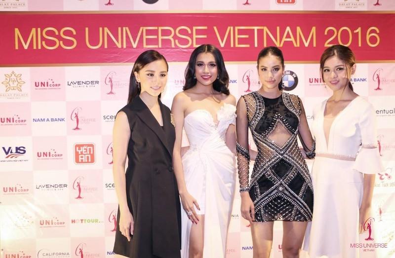 Lệ Hằng cùng các người đẹp tại lễ công bố ngày 5-12. Ảnh BTC