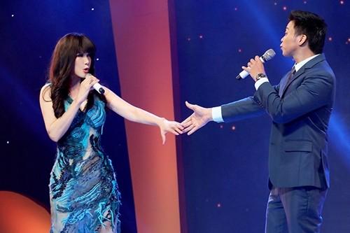 Ca sĩ Nhật Hạ (trái) và Lân Nhã Idol hát : Khúc thụy du (Anh Bằng, thơ Du Tử Lê) Vệt nắng (Phạm Hải Âu).