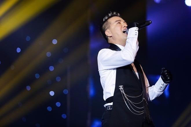 Sự xuất hiện đầu tiên của Đàm Vĩnh Hưng biểu diễn ca khúc 'Đừng ngoảnh lại' giữa tâm bão nhận được nhiều sự cổ vũ. Ảnh Zing.