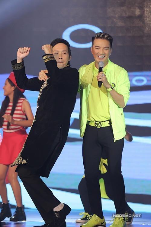 Danh hài Hoài Linh ngẫu hứng lên phụ họa cho người em thân thiết, khiến Đàm Vĩnh Hưng vui vẻ, phấn chấn hẳn lên biểu diễn ca khúc 'Xuân yêu thương' . Ảnh Ngôi sao