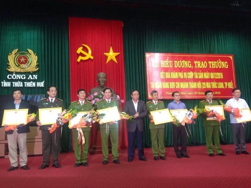 Vụ cướp Ngân hàng BIDV ở Huế:Khen thưởng ban chuyên án  - ảnh 4