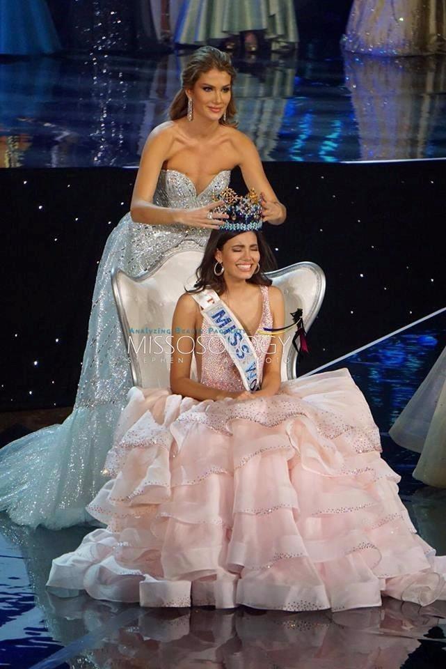 Người đẹp Puerto Rico, Stephanie del Valle, nghẹn ngào trong giây phút đăng quang. Ảnh: Missosology.