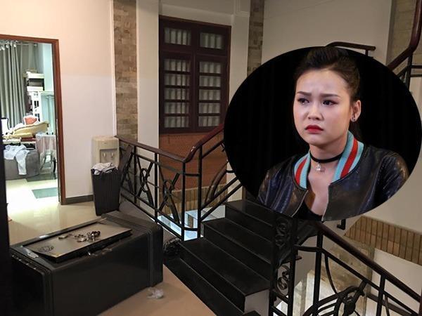 Trộm kéo két sắt từ phòng ngủ ra hành lang để mở.