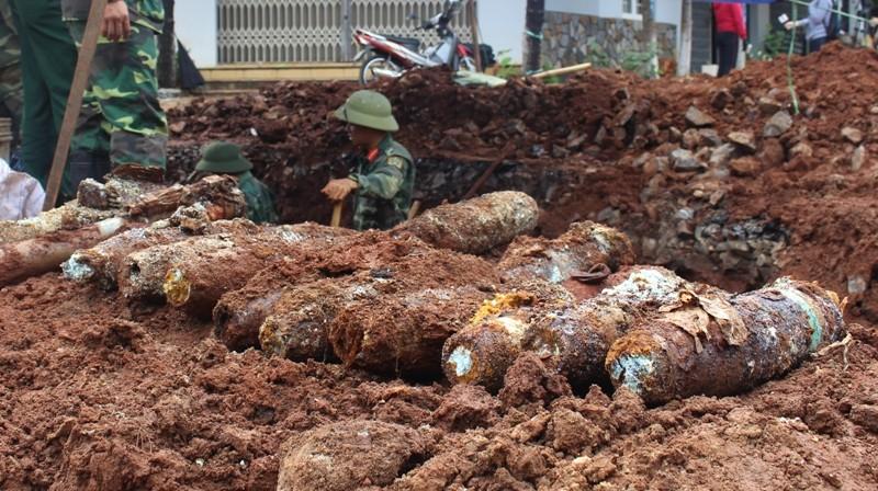 Đào đường, phát hiện gần 80 quả mìn chống tăng, đầu đạn - ảnh 2