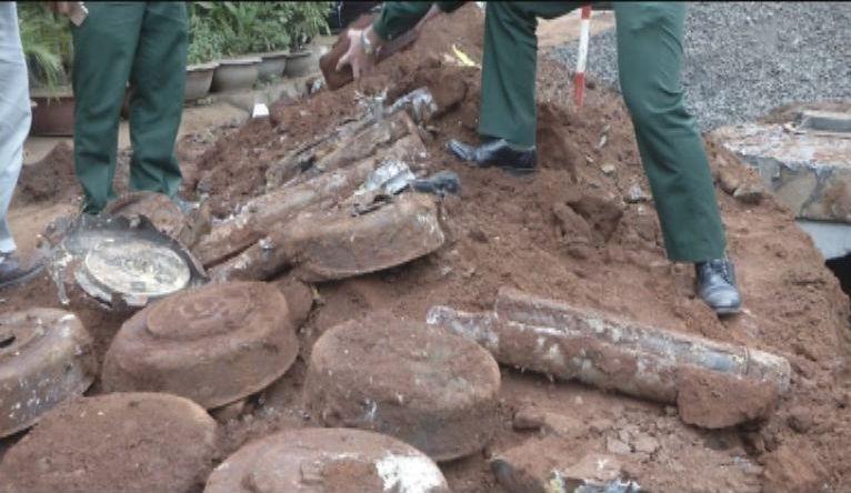 Đào đường, phát hiện gần 80 quả mìn chống tăng, đầu đạn - ảnh 1