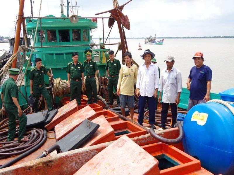 Bắt tàu cá chở gần 20.000 lít dầu không rõ nguồn gốc - ảnh 1
