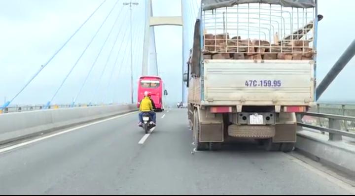 Tài xế dừng xe giữa cầu Mỹ Thuận nhảy sông tự tử - ảnh 2