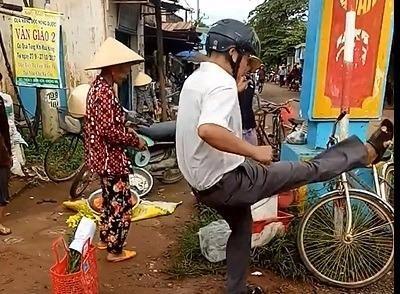 UBND xã xin lỗi vụ trưởng công an xã đá bay thau cá - ảnh 4