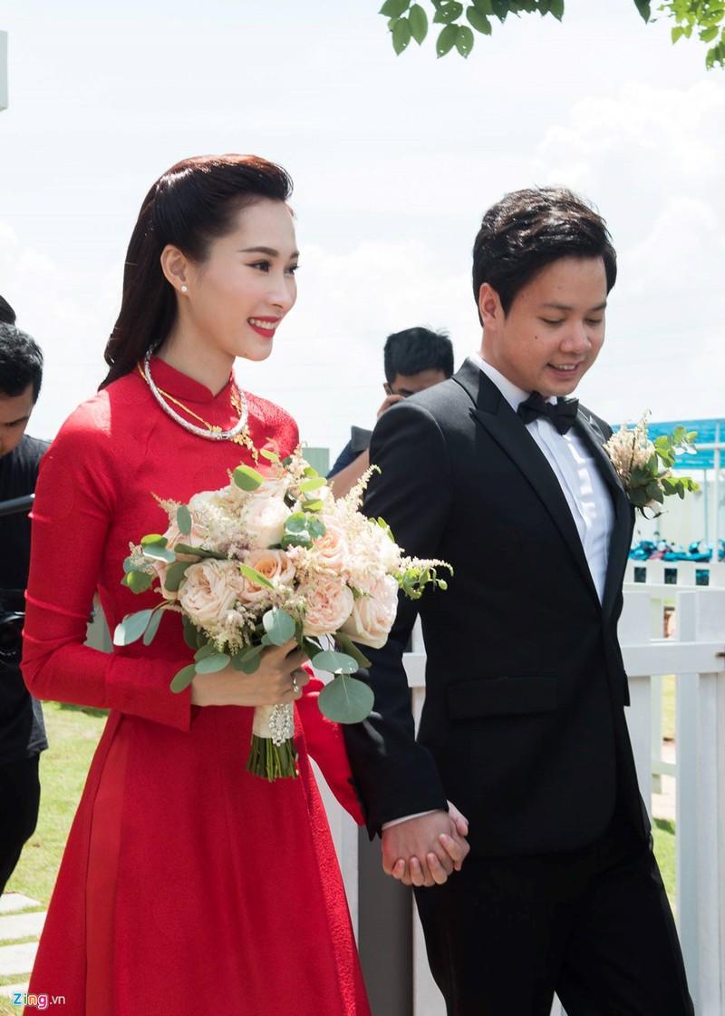 Hoa hau Dang Thu Thao rang ngoi ben chong dai gia trong le ruoc dau hinh anh 7