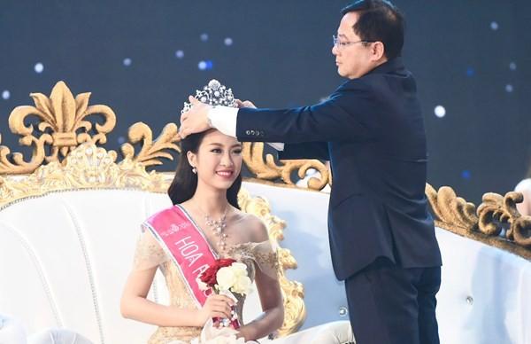 Kết quả hình ảnh cho Ông Lê Xuân Sơn trao vương miện Hoa hậu