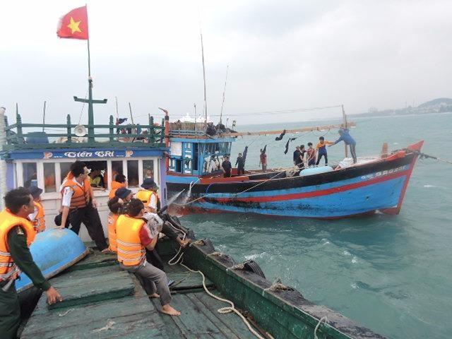 Tàu cảnh sát biển cứu nhiều ngư dân trong bão số 12 - ảnh 1