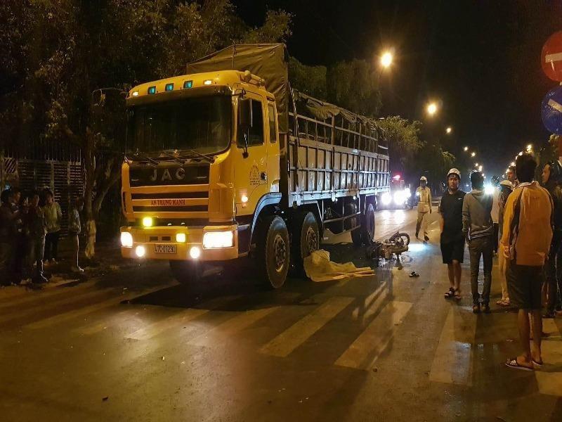 Tai nạn liên hoàn xe tải và xe máy, 3 người thương vong - ảnh 1