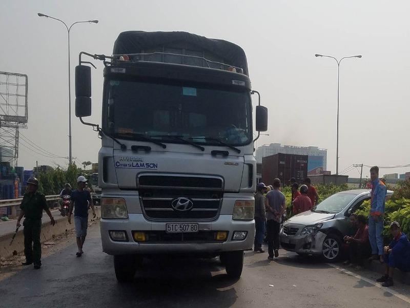 Xe tải húc ô tô xoay vòng ở cầu vượt Bình Phước - ảnh 1