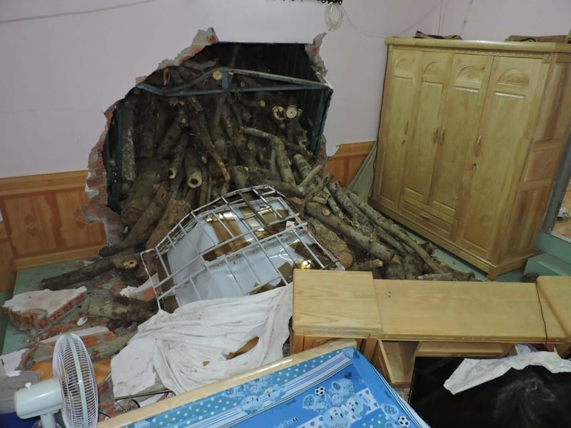 Xe chở gỗ tông nhà dân, 2 người may mắn thoát nạn - ảnh 2