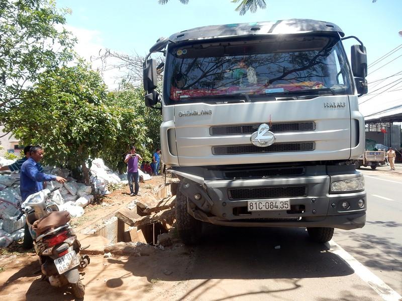 Tránh xe ngược chiều, ô tô chở phân tông sập cống - ảnh 2