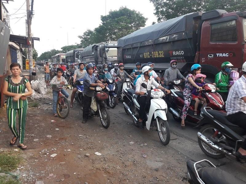 Xe tải ép ô tô vào dải phân cách ở Bình Tân - ảnh 2