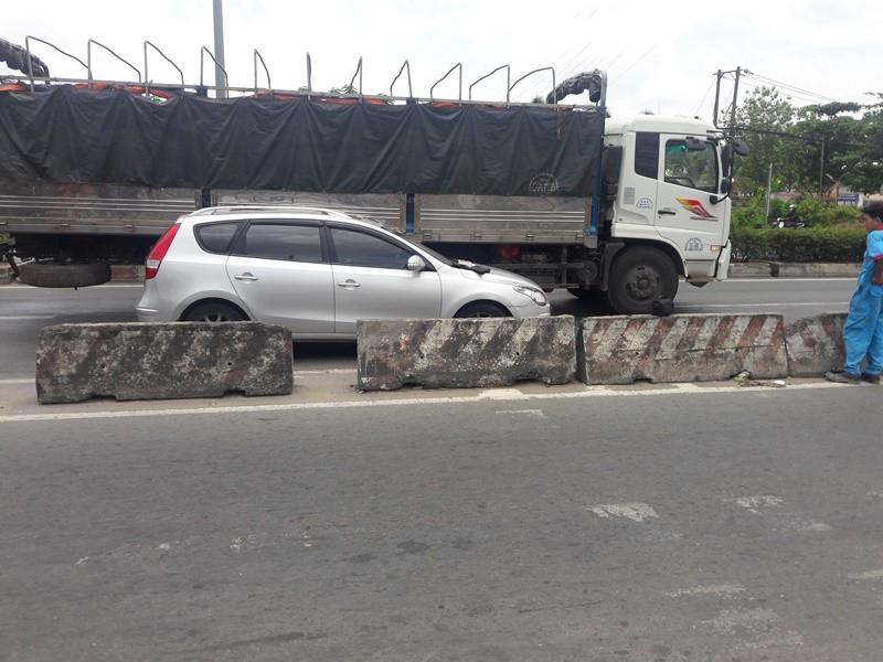 Xe tải ép ô tô vào dải phân cách ở Bình Tân - ảnh 1
