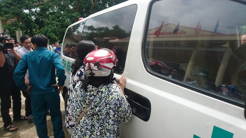 Người nhà đau đớn nhận dạng 13 người bị nạn ở Quảng Nam - ảnh 1