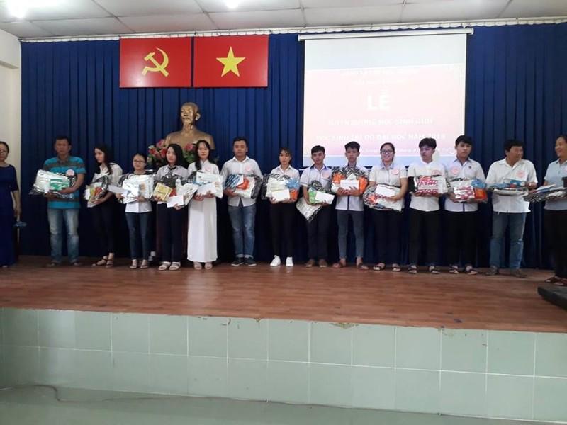 Nghệ sĩ Xuân Anh trao 150 suất học bổng cho HS nghèo Củ Chi - ảnh 3