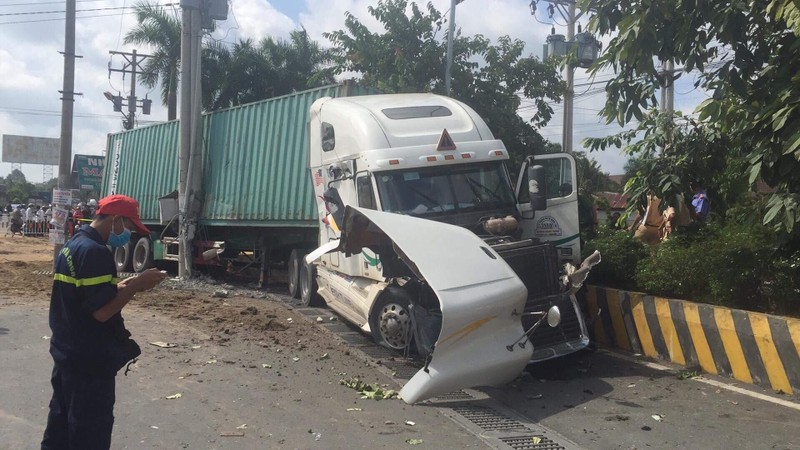 Kinh hoàng: 5 người chết vụ container tông ô tô ở quốc lộ 22 - ảnh 1