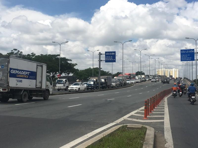 Xe tải gặp sự cố, đường Võ Văn Kiệt kẹt xe trầm trọng  - ảnh 2