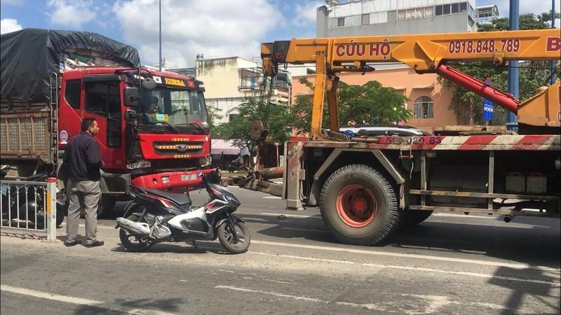 Xe tải gặp sự cố, đường Võ Văn Kiệt kẹt xe trầm trọng  - ảnh 1