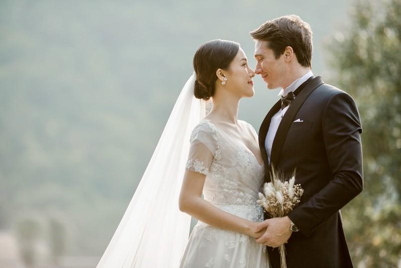 Á hậu, MC Hoàng Oanh tung hết ảnh cưới với chồng Tây  - ảnh 2