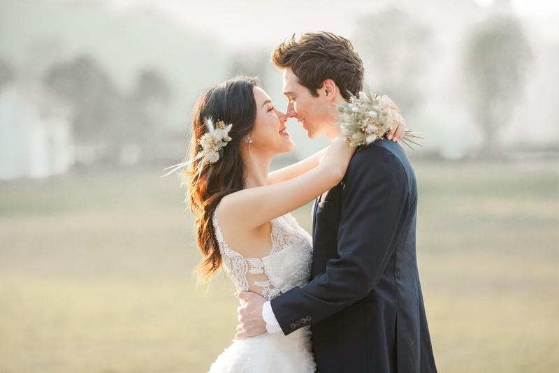 Á hậu, MC Hoàng Oanh tung hết ảnh cưới với chồng Tây  - ảnh 3