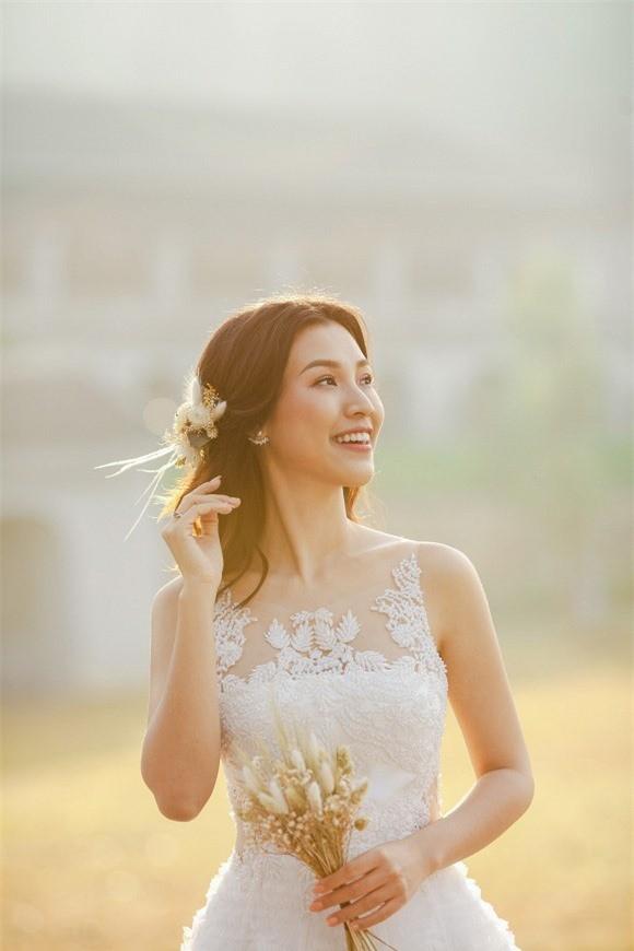 Á hậu, MC Hoàng Oanh tung hết ảnh cưới với chồng Tây  - ảnh 1
