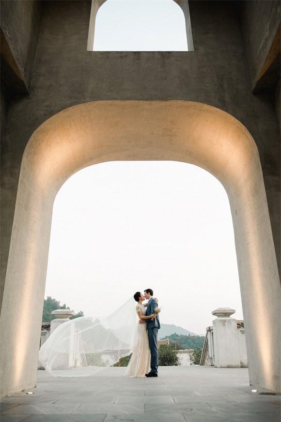 Á hậu, MC Hoàng Oanh tung hết ảnh cưới với chồng Tây  - ảnh 8